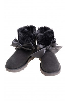 Black boots with a bow at the front, UGG